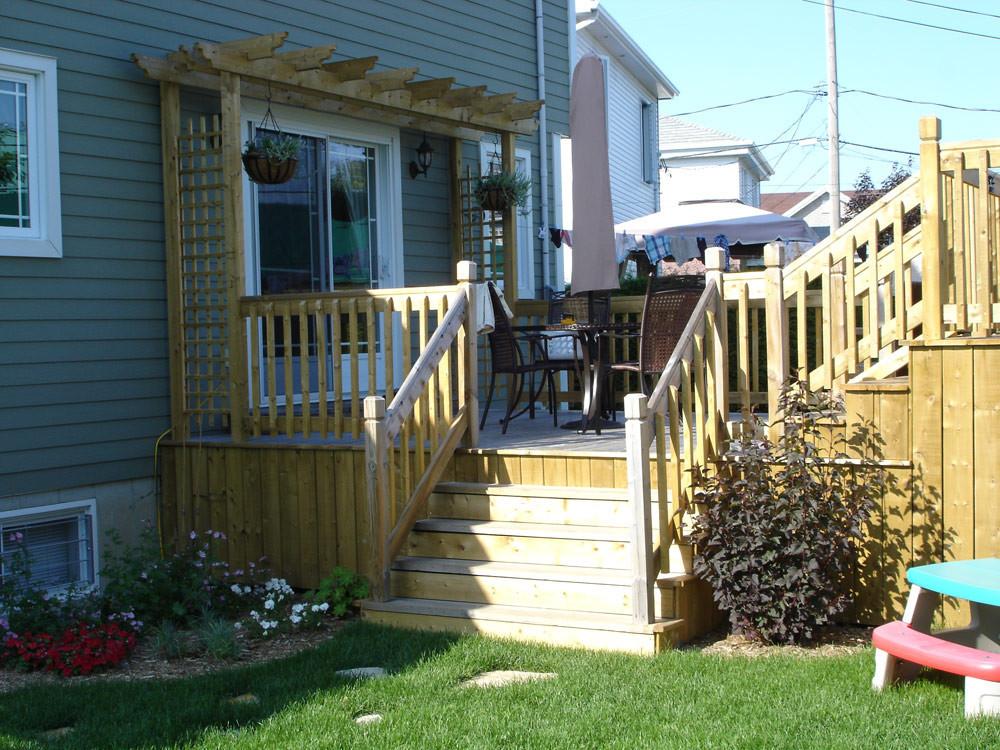 Suite à l'achat de cette nouvelle résidence, les clients désiraient agrandir le patio existant et lui ajouter une touche d'amour. Support horizontal et potées fleuries et voilà, le tour est joué.