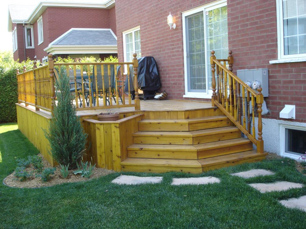 Suite à la construction de cette résidence prestigieuse les clients désiraient avoir un patio de bois de qualité supérieure où l'élégance et la richesse du bois s'associeraient à un design simple et sans prétention. Quelques végétaux, quelques pas dans la pelouse et le patio de cèdre est maintenant des plus accueillants.