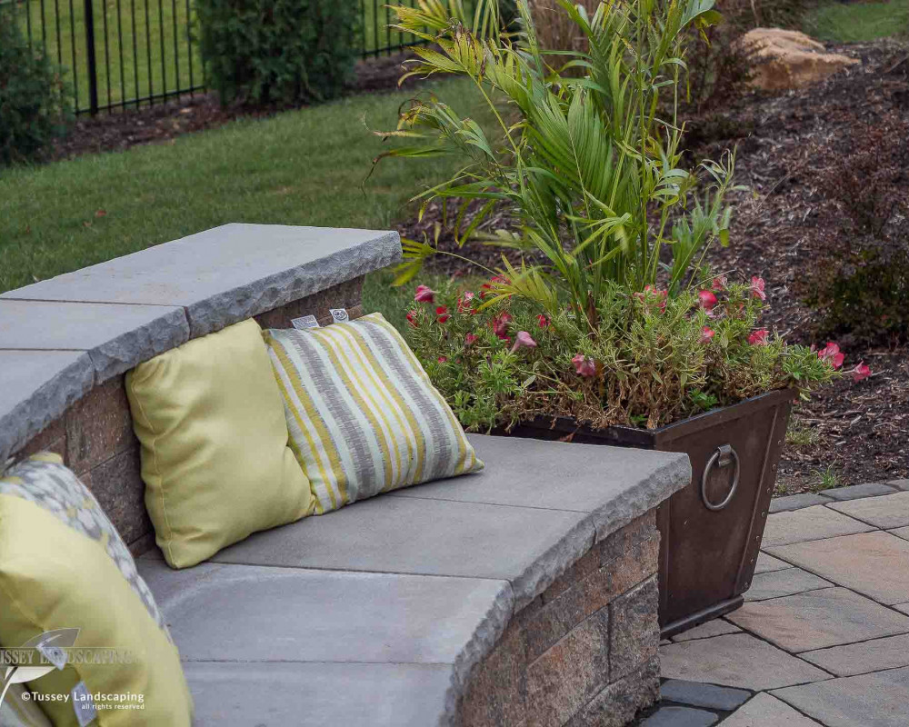 Pictured is a Mini-Creta Architectural seating wall in Sandlewood with a York cap in Riviera.